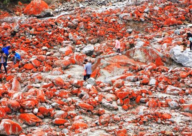 震撼!满是红色石头的河流 世界上独一无二的景观