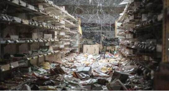 在这个目前全球最毒的地方,原本热热闹闹的超市,这么多年过去了,成为了一片废墟,仅仅是周边地区,这里从地震发生之后,就一直没有改变过了。似乎所有的一切都被毒给感染了。