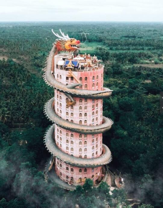 中国台湾龙虎塔,塔高七层,采佛家七级浮屠之意。每层十二角,采黄墙、红柱、橘瓦,饱和的色彩,在阳光的照射下,掩映潭面,引人瞩目。塔前各有龙虎塑像,左青龙,右白虎,游客可以由龙口进,虎口出,说入龙吼出虎口可以消灾减厄增吉祥。