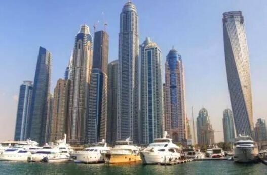 第十名,迪拜的公主塔 这所建筑在迪拜,就算是多么的昂贵都是可以接受的,因为迪拜真的是什么都差就是不差钱,街上随便一人放在我们身边那也绝对是土豪,这所建筑耗资21.7亿美元,约144亿人民币。