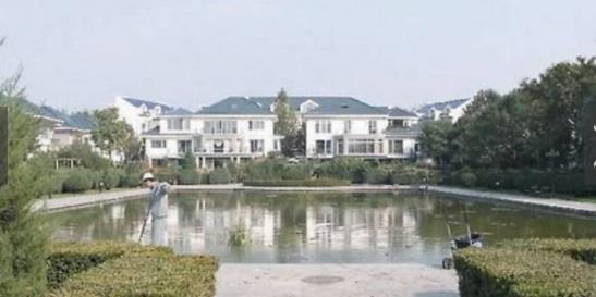 张国立豪宅除了拥有数千平方米的面积,而且毗邻天鹅湖,坐在家里就可以欣赏美景。并且这处豪宅位于北京亚奥区紫玉山庄,是北京最热的富人黄金区,必须在社会上有一定身份地位的人,才有资格入住,今年公告的平均房价是每平方米26000人民币。