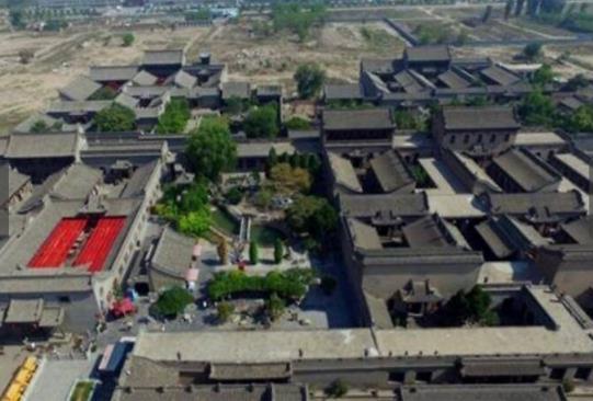"""有一座有着悠久历史的豪宅,却比乔家大院的面积,还要大上38倍,这便是位于河南省康店镇的康百万庄园,或许不少人并没有听说过这个名字,实际上,它有着""""中国第一豪宅""""的名声,从明末清初开始,就成为了康氏家族十二代人在此地的居所。和乔家大院、马氏庄园并称为中原的""""三大官宅"""