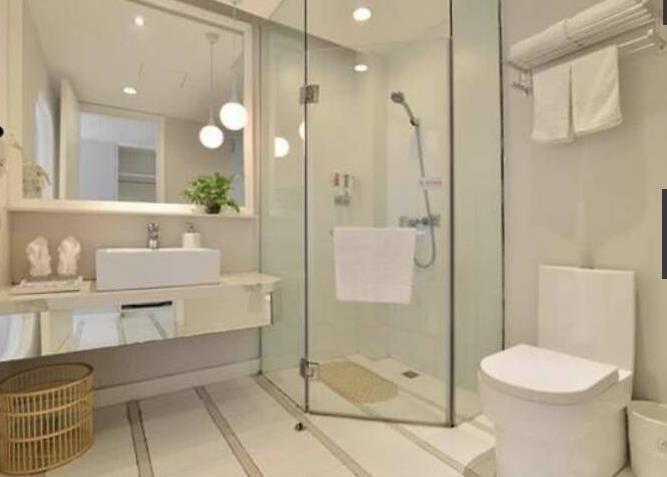 从某种程度上来说,这一点设计的似乎不怎么合理。毕竟浴室算是一个非常隐私的地方,怎么能够用玻璃呢?这样一来外面的人不都能看清楚了吗?不管怎么说这都是一件很尴尬,并且不合理的事情。