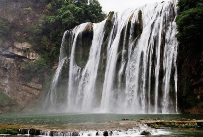 提到瀑布的话,相信大家都不会感到陌生,每当雨季来临时,瀑布给人带来的震撼感是无法形容的。而目前国内的大瀑布,有两个的知名度最高,分别是贵州的黄果树大瀑布,以及广西的德天大瀑布。每年都会有成千上万的游客,从世界各地赶到这两个地方欣赏美景。但是今天要说的中国最特殊的瀑布,却不是自然形成的。